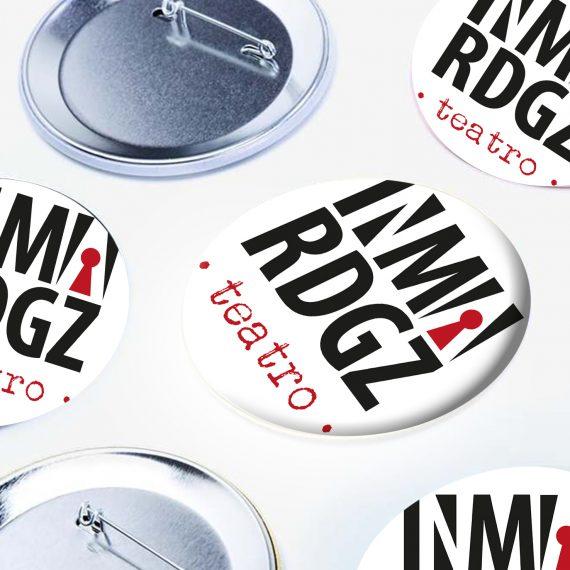 chapas personalizadas diseño grafico merchandise elcalaixgroc estudicreatiu brading logotipos benissa marinaalta alicante mockup inmargz m 570x570 - Inma Rodríguez Teatre